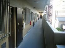 共用廊下:長尺シート・壁塗装